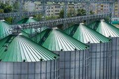 Silos per stoccaggio di grano, primo piano del tetto del silo Magazzino di grano e di altri cereali Immagine Stock Libera da Diritti