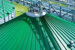 Silos per stoccaggio di grano, primo piano del tetto del silo Magazzino di grano e di altri cereali Immagine Stock