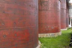 Silos rouges en métal Image libre de droits