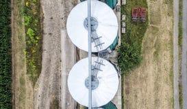 Silos in un campo per la conservazione del grano, vista aerea, il raccolto del cen Fotografia Stock