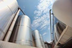 Silos und Becken - industrielle Infrastruktur Stockfotos