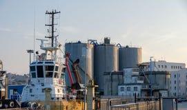 Silos und Hafenanlagen im Hafen der Stadt von La Coruna in Spanien lizenzfreie stockbilder