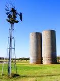 Silos und Windmühle Lizenzfreie Stockfotografie