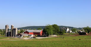 Silos y granjas hacia fuera en el país Foto de archivo libre de regalías