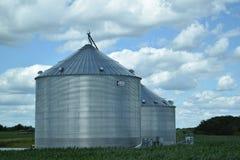 Silosy i niebieskie niebo z chmurami w Illinois Fotografia Royalty Free