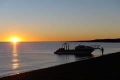 Silouette d'homme et de bateau Image stock