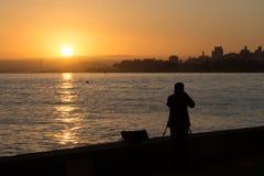 Silouette d'un photographe prenant une photo Photos libres de droits