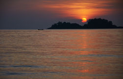 Silouette de bateau de pêche au coucher du soleil Image stock