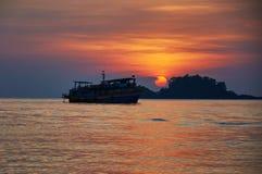 Silouette de bateau de touristes au coucher du soleil, Asie Photo libre de droits