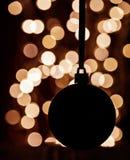 Silouette de boule de Noël sur le fond brouillé Photographie stock libre de droits
