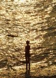 Silouette de jeune fille devant la mer Images libres de droits