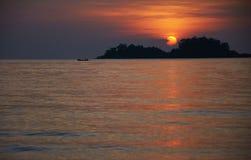 Silouette del peschereccio al tramonto Immagine Stock
