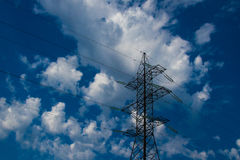 Silouette della linea ad alta tensione elettrica di trasmissione e del pilone Fotografia Stock