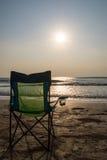 Silouette strandstolar på Sunsetp Royaltyfria Foton