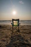 Silouette strandstolar på Sunsetp Arkivbild