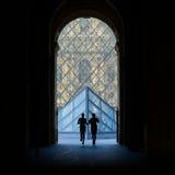 Silouetteagenten bij het Louvremuseum Stock Fotografie