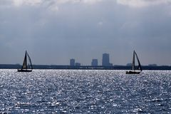 Silouhet van zeilboten op het Meer 'Markermeer' met de horizon de horizon van Almere Royalty-vrije Stock Foto