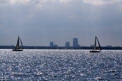 Silouhet von Segelbooten auf dem See 'Markermeer' mit dem Horizont die Skyline von Almere Lizenzfreies Stockfoto
