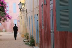 Silouhette en una pequeña calle de Goree en Senegal imágenes de archivo libres de regalías