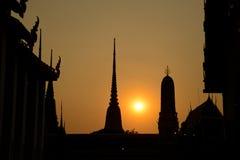 Siluate Wat Pho solnedgångtempel, Bangkok i Thailand Arkivbild