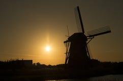 Siluet del mulino a vento olandese nel tramonto Fotografia Stock