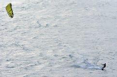 Siluet do kitesurfer que kitesurfing imagem de stock royalty free