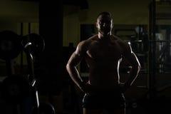 Siluet Mięśniowy mężczyzna Napina mięśnie W Gym Obrazy Royalty Free
