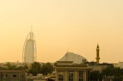Silueta árabe de la puesta del sol del al de Burj durante la tempestad de arena Dubai, uae Foto de archivo libre de regalías