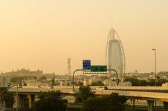 Silueta árabe de la puesta del sol del al de Burj durante la tempestad de arena Dubai, uae Imagen de archivo libre de regalías