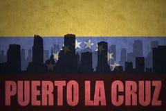 Silueta abstracta de la ciudad con el La Cruz de Puerto del texto en la bandera del venezolano del vintage Foto de archivo