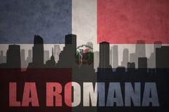 Silueta abstracta de la ciudad con el La Romana del texto en la bandera de la República Dominicana del vintage ilustración del vector