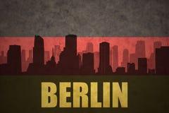 Silueta abstracta de la ciudad con el texto Berlín en la bandera del alemán del vintage libre illustration