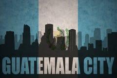 Silueta abstracta de la ciudad con el texto ciudad de Guatemala en la bandera del guatemalteco del vintage ilustración del vector