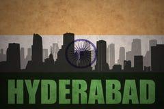 Silueta abstracta de la ciudad con el texto Hyderabad en la bandera del indio del vintage libre illustration