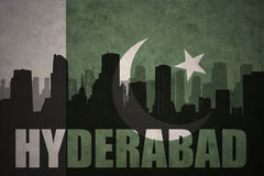 Silueta abstracta de la ciudad con el texto Hyderabad en la bandera de Paquistán del vintage libre illustration