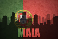 Silueta abstracta de la ciudad con el texto Maia en la bandera del portugués del vintage Imagen de archivo