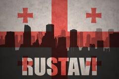 Silueta abstracta de la ciudad con el texto Rustavi en la bandera georgiana del vintage Fotografía de archivo libre de regalías