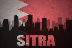 Silueta abstracta de la ciudad con el texto Sitra en la bandera de Bahrein del vintage Fotos de archivo