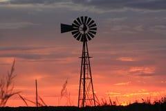 Silueta anaranjada del molino de viento del cielo de Kansas imagenes de archivo