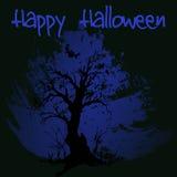 Silueta asustadiza dibujada mano del árbol del garabato El ejemplo negro, azul pintó el fondo Víspera de Todos los Santos feliz Foto de archivo