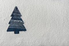 Silueta azul del árbol de navidad en el fondo de Snowy White Tarjeta de felicitación del día de fiesta del Año Nuevo Modelo del c Fotografía de archivo libre de regalías