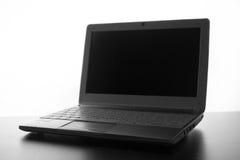 Silueta blanca compacta del ordenador portátil en el fondo blanco foto de archivo