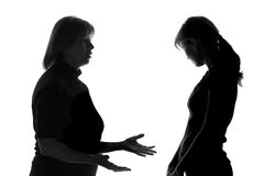 Silueta blanco y negro de una hija que escucha humildemente las palabras de la madre y realiza su culpabilidad Fotografía de archivo
