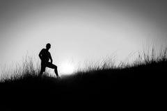 Silueta blanco y negro del foco suave de un hombre Fotografía de archivo