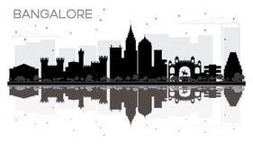 Silueta blanco y negro del horizonte de la ciudad de Bangalore con reflectio