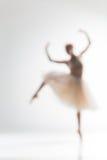 Silueta borrosa de la bailarina en el fondo blanco Fotos de archivo libres de regalías