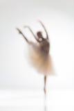 Silueta borrosa de la bailarina en el fondo blanco Imagen de archivo