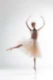 Silueta borrosa de la bailarina en el fondo blanco Fotografía de archivo