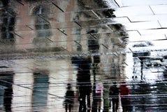 Silueta borrosa de la reflexión de una gente en la lluvia Fotos de archivo