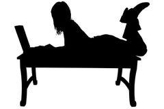 Silueta con el camino de recortes de la mujer y de la computadora portátil Fotos de archivo libres de regalías
